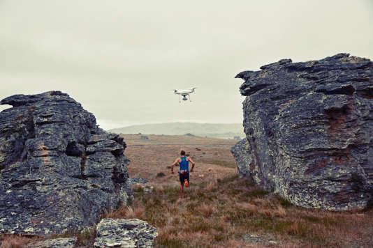 Le drone DJI Phantom 4 est capable d'effectuer un vol circulaire autour de la personne à filmer.