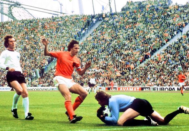 Johan Cruyff face à Sepp Maier lors de la finale du Mondial 1974.