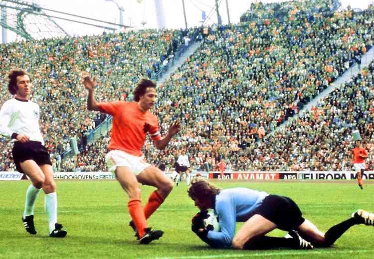 Triple Ballon d'or (1971, 1973 et 1974), Johan Cruyff n'a malheureusement jamais gagné la Coupe du monde. Ce n'est pas faute d'avoir essayé. Le 7 juillet 1974, les Pays-Bas s'inclinent en finale face à la RFA de Paul Breitner (2-1). Cruyff est désigné meilleur joueur du tournoi.