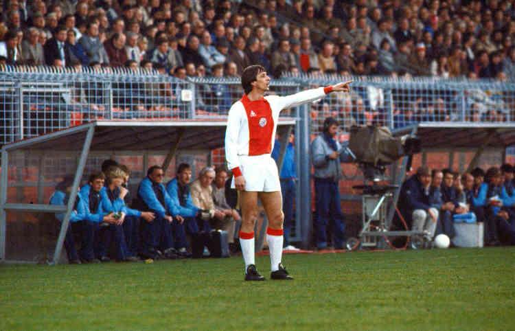 Après deux saisons aux Etats-Unis (Los Angeles et Washington), Cruyff revient de1981 à1983 à l'Ajax. Le temps de remporter trois trophées : deux championnats et une coupe. Mais furieux que son contrat ne soit pas renouvelé, il décide de rejoindre le rival du Feyenoord avec lequel il réalise une dernière saison marquée par un doublé coupe-championnat.