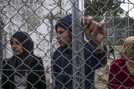 """Des réfugiés syriens dans le camp de Moria, un """"hotspot"""" pour les migrants situé sur l'île de Lesbos, en Grèce."""