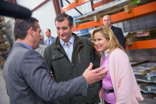Le candidat républicain Ted Cruz et son épouse Heidi, en campagne, le jeudi 24 mars, à Dane (Wisconsin).