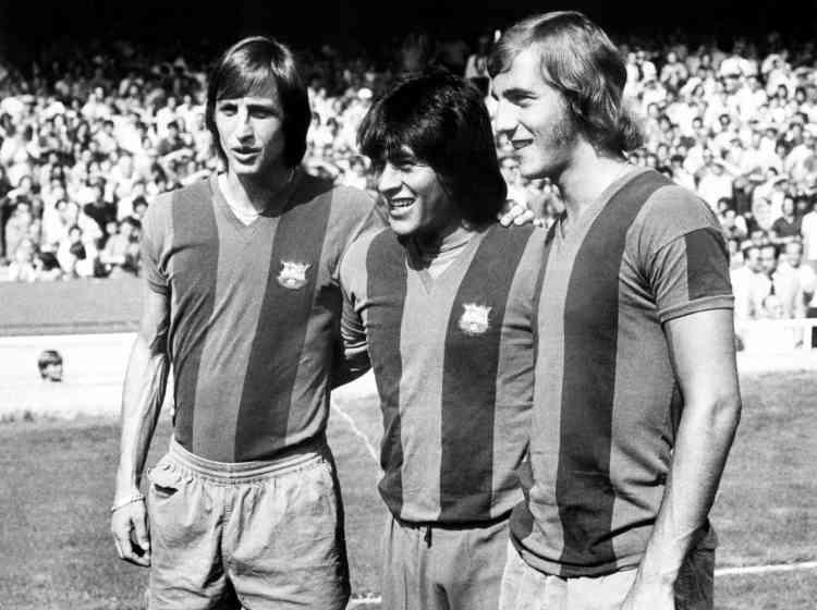 Johan Cruyff quitte Amsterdam pour Barcelone en1973. La première saison est couronnée de succès, puisqu'il remporte la Liga. Il restera cinq ans en Catalogne où il gagnera également une Coupe du roi. Encore plus que son talent sportif, il marque la Catalogne par son engagement politique.