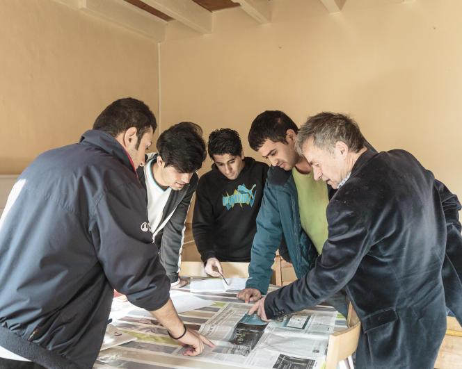 Au Centre d'accueil de d'orientation de Gétigné (Loire-Atlantique), quatre jeunes kurdes (Saman, Karwan, Sherko, Borzi et Goran) apprennent la lecture avec un membre de l'association