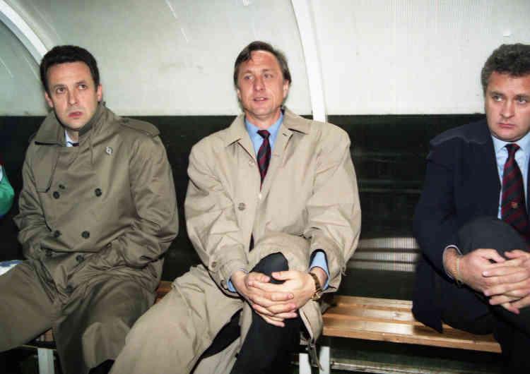 Johan Cruyff épouse alors la carrière d'entraîneur. Après trois ans à la tête de l'Ajax, il revient en grande pompe au Barça en1988. Son Barça renverse tout sur son passage en Espagne de1990 à1994. Avant Guardiola et Messi, il remporte en1992 la première Coupe d'Europe des clubs champions de l'histoire du club.