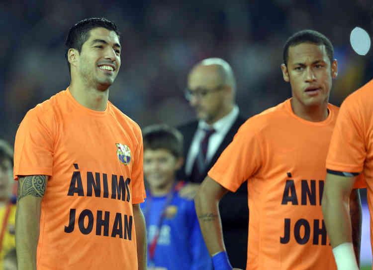 Le 25 octobre 2015, les joueurs du Barça avaient affiché leur soutien à l'annonce de la maladie de Johan Cruyff : «Anims Johan» («Courage Johan»).