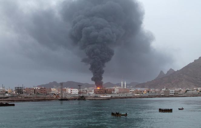 Bombardement maritime sur le port d'Aden par la rebellion houthiste, en juillet 2015.