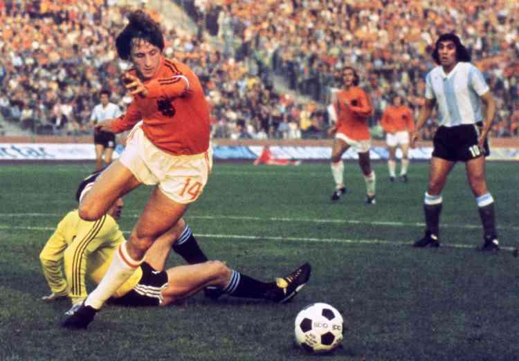 Quatre ans plus tard, le Néerlandais montre une autre facette de sa personnalité. Il refuse de se rendre en Argentine pour disputer le Mondial 1978. Un geste attribué à une protestation contre la dictature du général Videla. Entre1966 et1977, il marque 33buts en 48sélections avec les Oranjes.