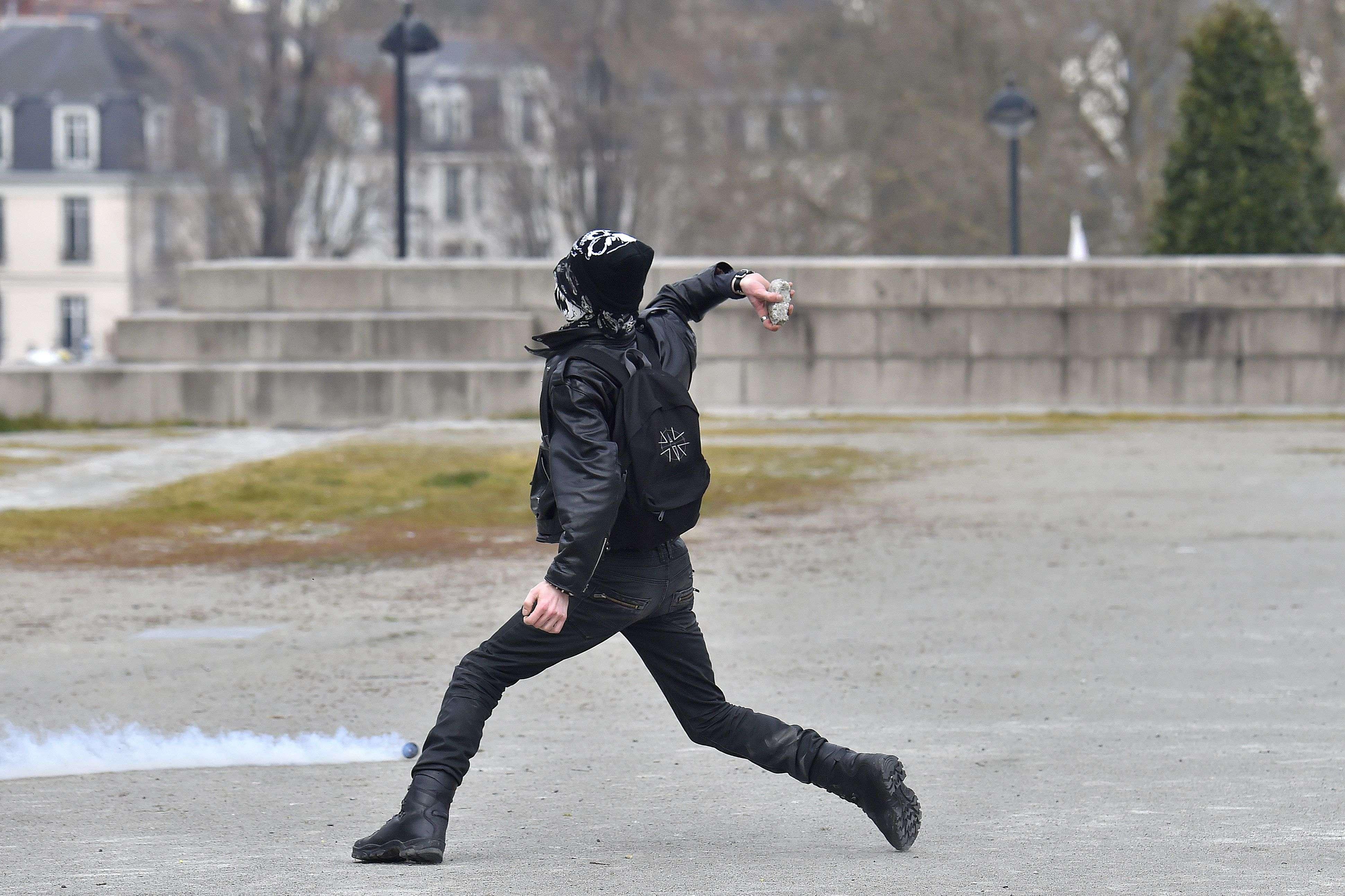A Nantes, sept jeunes de 16 à 19 ans ont été interpellés après des jets de pierres contre les forces de l'ordre, près de l'université.