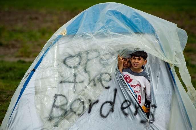 Une tente de réfugiés près du village grec d'Idomeni, le 24 mars. Sur la tente, l'inscription