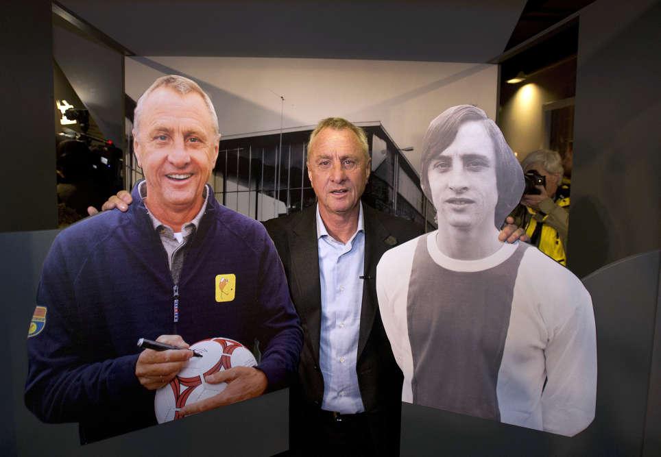 Johan Cruyff a vécu plusieurs vies footballistiques. Il a tout d'abord été l'un des plus grands joueurs de l'histoire avant de devenir l'un des entraîneurs les plus novateurs.