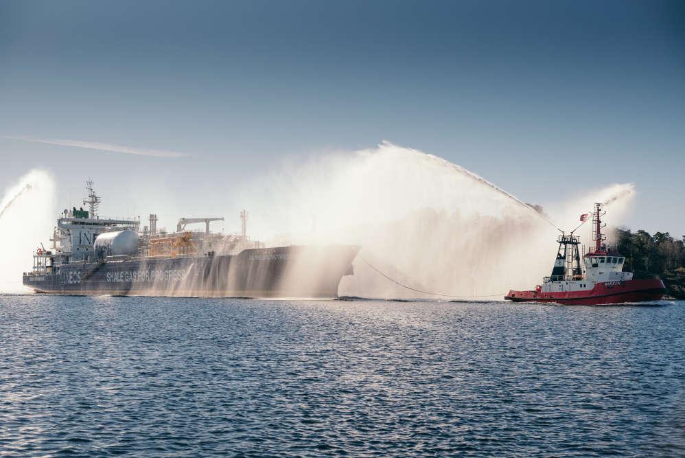 """""""L'Intrepid"""" à quai.  L'un des plus grands méthaniers du monde, construit pour l'occasion, est parti des Etats-Unis le 9 mars."""