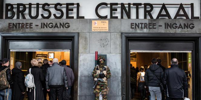 Armée et police sont déployées à chaque entrée de métro et de gare dans le centre de Bruxelles, 23 mars 2016.