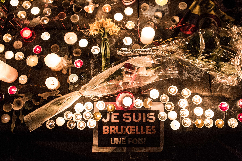 """""""Je suis Bruxelles, une fois"""",  mercredi 23 mars, sur le sol de la place de la Bourse, à Bruxelles."""