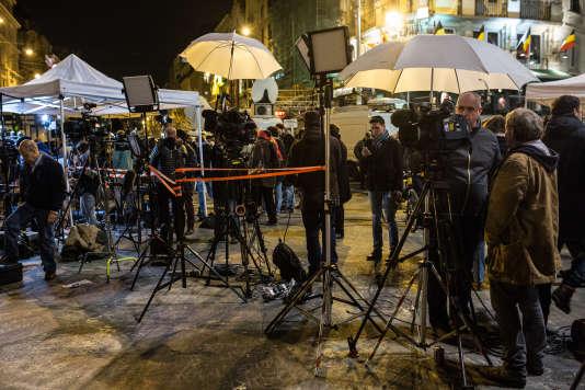 Des journalistes devant la Bourse de Bruxelles le 23 mars 2016.