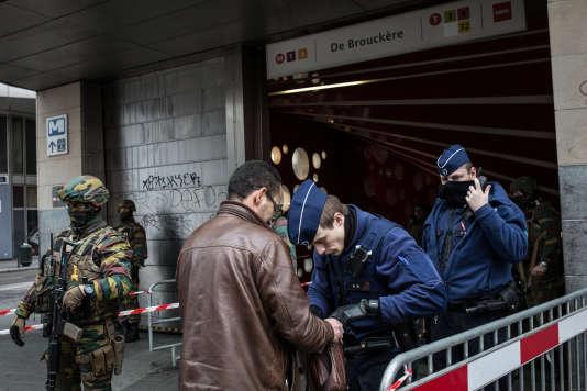 Fouille à l'entrée de la station de métro De Brouckère, à Bruxelles, mercredi 23 mars.