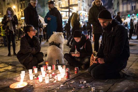 Fleurs et bougies pour se recueillir en mémoire des victimes des attentats du 22 mars, en face de la Bourse de Bruxelles, le 23 mars.