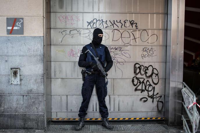 Un policier à Bruxelles, le 23 mars 2016.