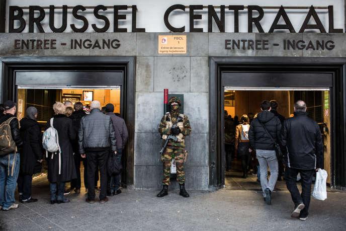 Un militaire belge à la gare centrale de Bruxelles, le 23 mars.