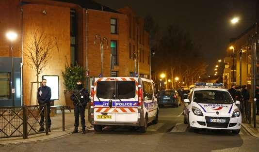 Des policiers à Argenteuil pendant la perquisition du domicile de Reda Kriket, le24mars.