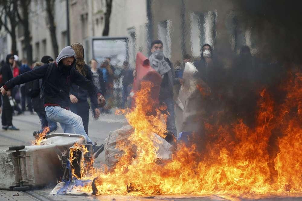 Des poubelles ont été incendiées sur une ligne de tramway à Nantes.