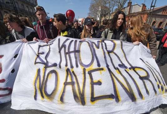 Des lycéens manifestent contre la loi du travail à Toulouse, le 24 mars 2016.