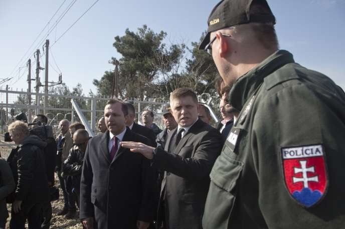 Le premier ministre de Slovaquie, Robert Fico, lors d'une visite à la frontière de la Macédoine, près de Guevgueliya, où des policiers slovaques sont déployés afin de contrôler le passage des migrants, le 2 mars 2016.
