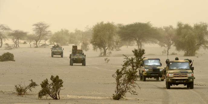 Patrouille de soldats français et maliens dans la région de Tombouctou, en juin 2015.