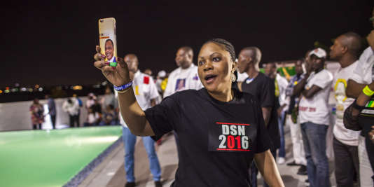 Une supportrice à l'annonce de la réélection du président congolais Denis Sassou-Nguesso, Brazzaville, mercredi 23 mars 2015.