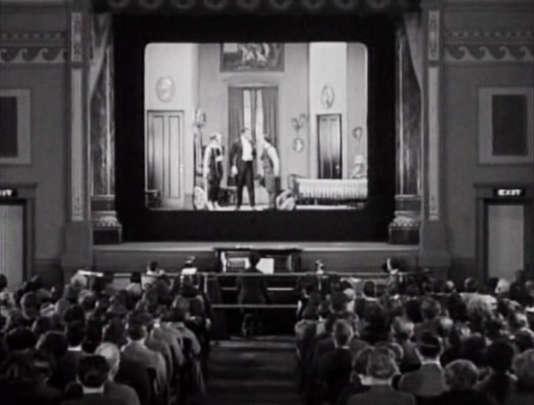 Projection d'un film de Buster Keaton avec comme bande son musicale un pianiste.
