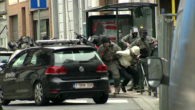 Arrestation de Salah Abdeslam, un des principaux suspects des attaques terroristes du 13novembre à Paris et Saint-Denis, le 18 mars à Molenbeek.