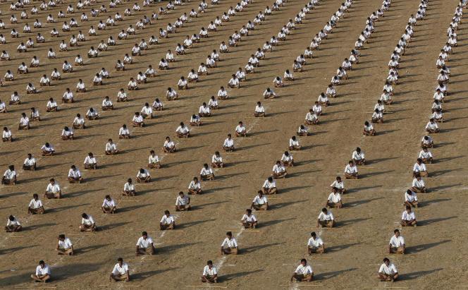Les membres de la Rashtriya Swayamsevak Sangh (RSS) sont régulièrement rassemblés pour s'exercer au maniement des armes dans des camps gérés par l'organisation. Ici, à Ahmedabad (Etat du Gujarat), en janvier 2015.