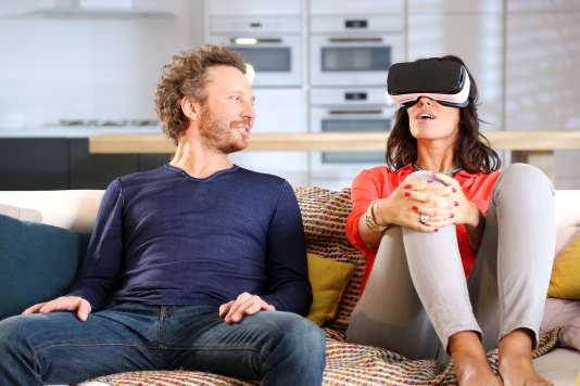 Le casque de réalité virtuelle (environ 100 euros), ou une cardboard (en carton, à partir de 5euros) ou encore un simple smartphone permettront d'assister à l'émission de la « Nouvelle Star» en vidéo immersive, le mardi 5 avril.