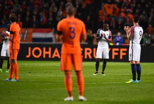 Les joueurs français et hollandais ont rendu hommage à la légende du football Johan Cruyff, à Amsterdam le 25 mars.