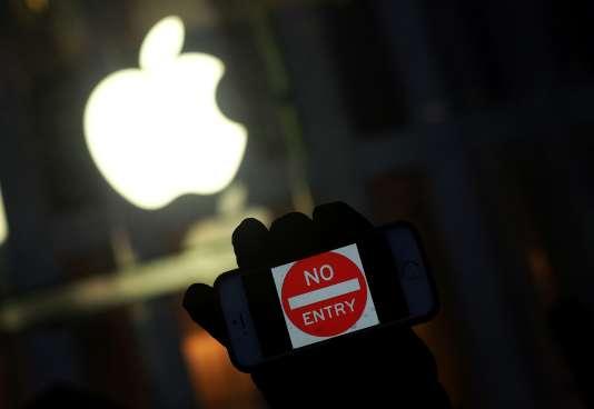 Un manifestant opposé au gouvernement brandit son iPhone avec le signe «Ne pas entrer» lors d'une action près d'un Apple Store à New York, le23février2016.
