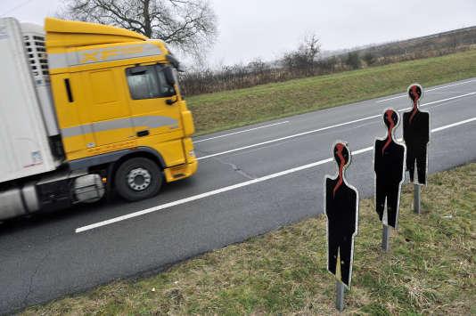 Des panneaux-silhouettes représentants des victimes d'accidents de la route sur la RCEA (route Centre-Europe Atlantique), dans sa partie N79 allant vers Digoin, enfévrier2011.