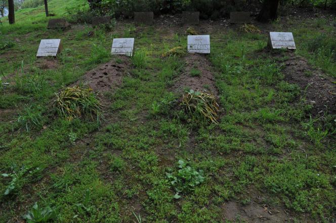 Au monastère de Tibéhirine, dans l'Atlas algérien, quatre des sept tombes des moines assassinés en 1996.