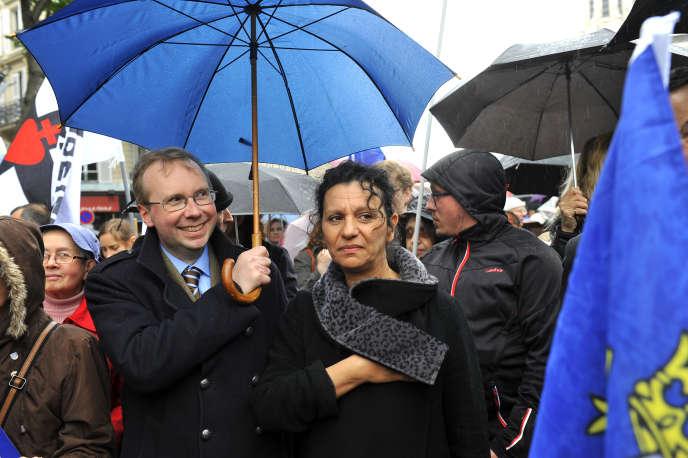 Farida Belghoul et Alain Escada, secrétaire général de Civitas, lors d'un défilé d'hommage à Jeanne d'Arc à Paris le 11 mai 2014.