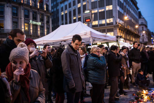 Des gens se recueillent sur la place de la Bourse à Bruxelles le 24 mars 2016.