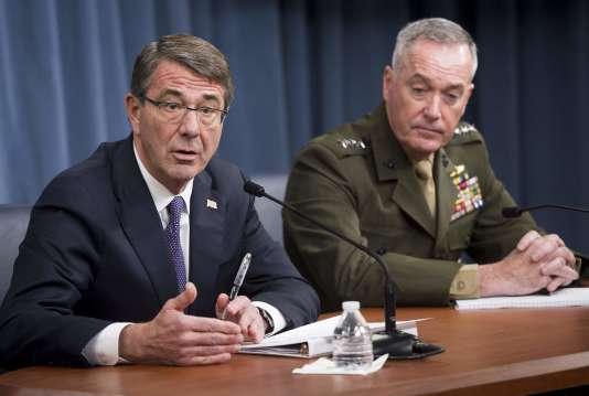 Le secrétaire d'Etat à la défense, Ashton Carter (à gauche), lors d'une conférence de presse vendredi 25mars, au Pentagone.