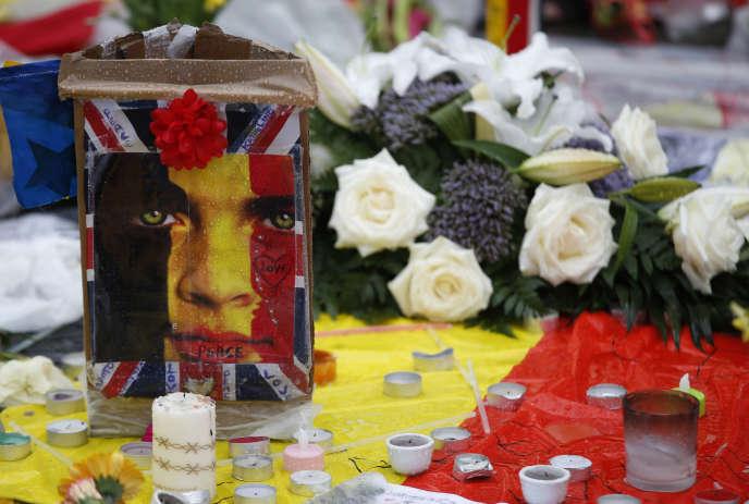Hommages aux victimes des attentats de Bruxelles, place de la Bourse, dans la capitale belge, vendredi.