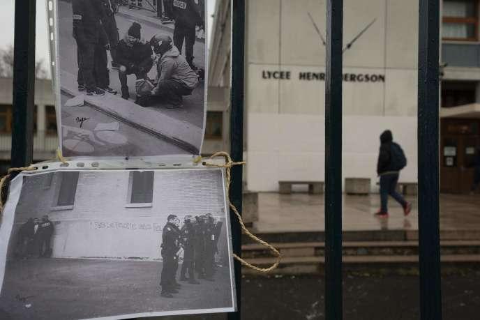 Des images de la confrontation avec la police le 24 mars affichée sur les grilles de la cité scolaire Henri-Bergson dans le 19e arrondissement de Paris.