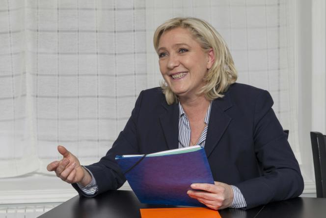 Des internautes proches du FN ont relayé une étude qui placerait Marine Le Pen à 45 % chez les jeunes des classes moyennes pour 2017. Il s'agit en réalité de 45 personnes interrogées sur un panel de 92 jeunes.