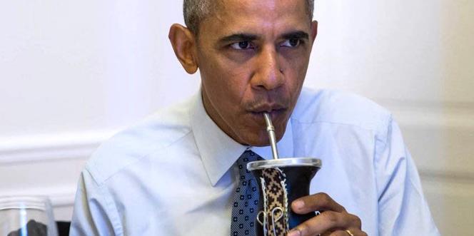 Barack Obama boit du mate, une boisson traditionnelle, à l'occasion de sa visite en Argentine, jeudi 24 mars.