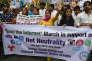 """""""Le gendarme indien des télécommunications a interdit en février au réseau américain et à tous les fournisseurs d'accès à Internet du pays de pratiquer des tarifs différenciés en fonction des services et contenus offerts sur le Web"""" (Photo: manifestations à New Delhi, en Inde, en faveur de la neutralité d'Internet, en avril 2015)."""