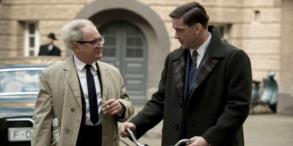 Ce biopic signé Lars Kraume rend hommage au procureur allemand Fritz Bauer, en retraçant ce qui restera comme l'un de ses plus glorieux faits d'armes : la traque d'Adolf Eichmann, grand orchestrateur de la « solution finale », jusqu'à sa retraite clandestine en Argentine, qui conduisit à son procès à Jérusalem et à la reconnaissance par le monde entier du génocide des juifs d'Europe.  Mis en scène comme un film d'espionnage à l'ancienne, le film se regarde sans déplaisir.