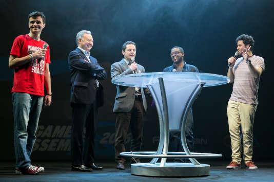 Le député centriste Rudy Salles (deuxième à gauche) et le sénateur socialiste Jérôme Durain (au centre) sur la scène de la Gamers Assembly.