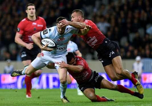 Remi Tales (gauche) avec Tom Taylor (droite) pendant le Top 14 français de rugby opposant  le Racing 92  et Toulon le 26 mars 2016 au stade de Pierre-Mauroy, à Villeneuve-d'Ascq.