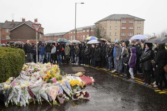 Une cérémonie de recueillement, samedi 26 mars 2016, devant la boutique où travaillait Asad Shah à Glasgow.