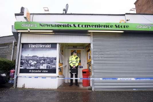 Un policier devant la boutique d'Asad Shah, un commerçant populaire de Glasgow tué jeudi 24 mars.